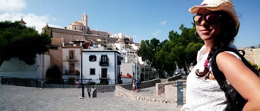 Ragazza visita Dalt Vila, il centro storico di Ibiza