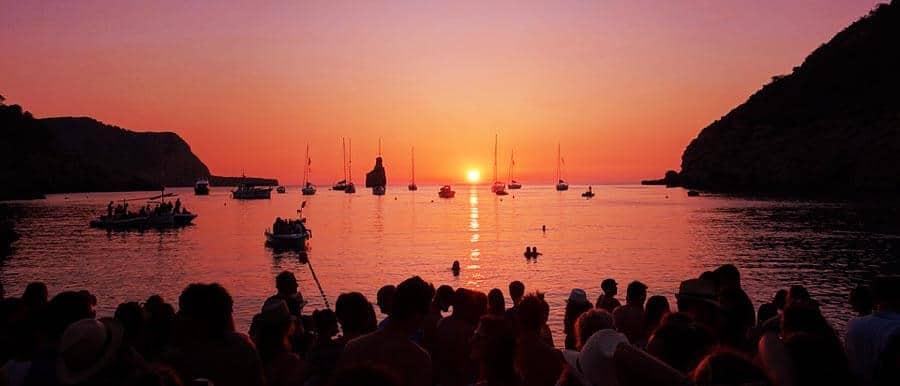 Il tramonto dalla spiaggia di Benirràs a Ibiza
